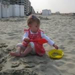 Lucie avec ses nouveaux outils de plage