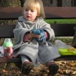 Lucie sur le banc du noyer