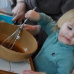 Lucie prépare la marinade de l'entrée de poisson