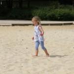 Dans le sable de la pleinde de jeux