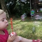 Lucie souffle pour faire des bulles