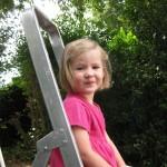 Lucie très, très, très fière d'être montée toute seule sur l'échelle!